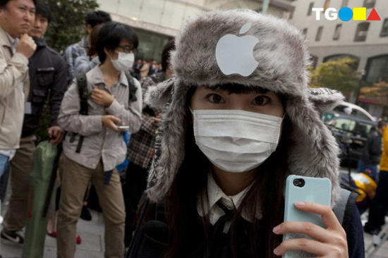 The iPhone 4S goes on sale in Japan